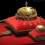 Quelle: http://de.wikipedia.org/w/index.php?title=Datei:Crown,_Sword_and_Globus_Cruciger_of_Hungary2.jpg&filetimestamp=20100223165857